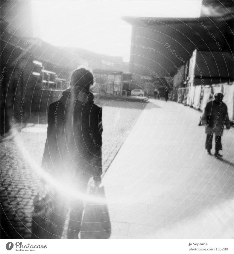 home is (where you carry your bags to) Mensch Mann Stadt Erwachsene Wege & Pfade gehen Holga Kreis kaufen Bürgersteig Lomografie Leipzig tragen Fußgänger