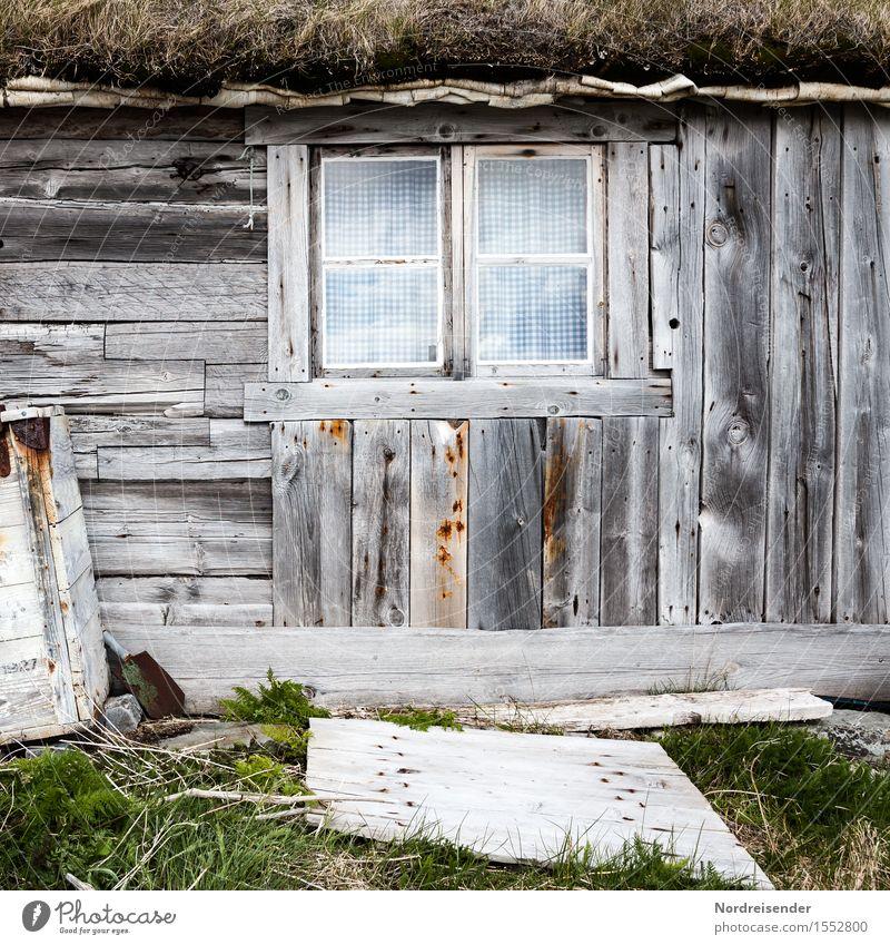 Fischerhütte alt grün Einsamkeit Haus Fenster Architektur Gras Gebäude Holz grau Zeit Fassade Häusliches Leben Armut Vergänglichkeit kaputt