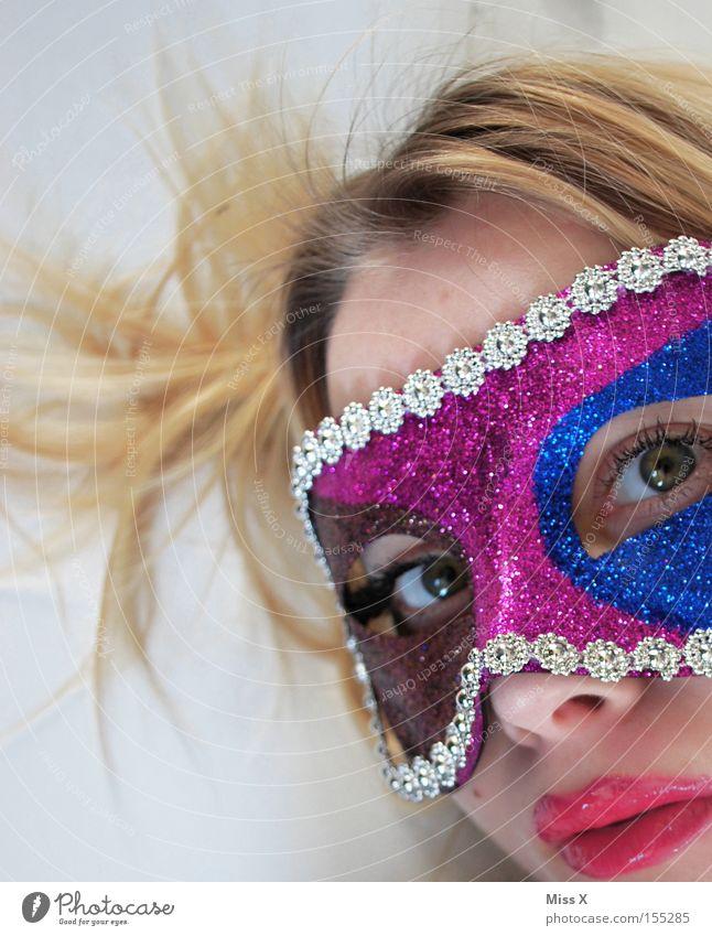 Spielerei Farbfoto mehrfarbig Innenaufnahme Detailaufnahme Blick in die Kamera Haare & Frisuren Gesicht Lippenstift Spielen Karneval Frau Erwachsene 18-30 Jahre