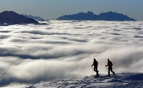 Über den Wolken Winter Berge u. Gebirge Skifahren Tourismus Freizeit & Hobby Skier Wintersport Skitour Wolkendecke Wolkenfeld Bregenzerwald Wolkenband