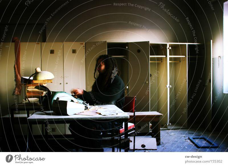 SCHATZ, ICH BLEIB HEUTE LÄNGER IM BÜRO [RETROSPEKTIVE] Schreibtisch Büroarbeit Papierstau Schreibmaschine Büroangestellte Raum schäbig Schrank Fenster Stress