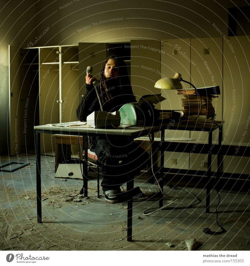 SCHATZ ICH BLEIB HEUTE LÄNGER IM BÜRO PART VIII Schreibtisch Büroarbeit Papierstau Schreibmaschine Telefon Büroangestellte Mann schäbig Schrank Fenster Stress