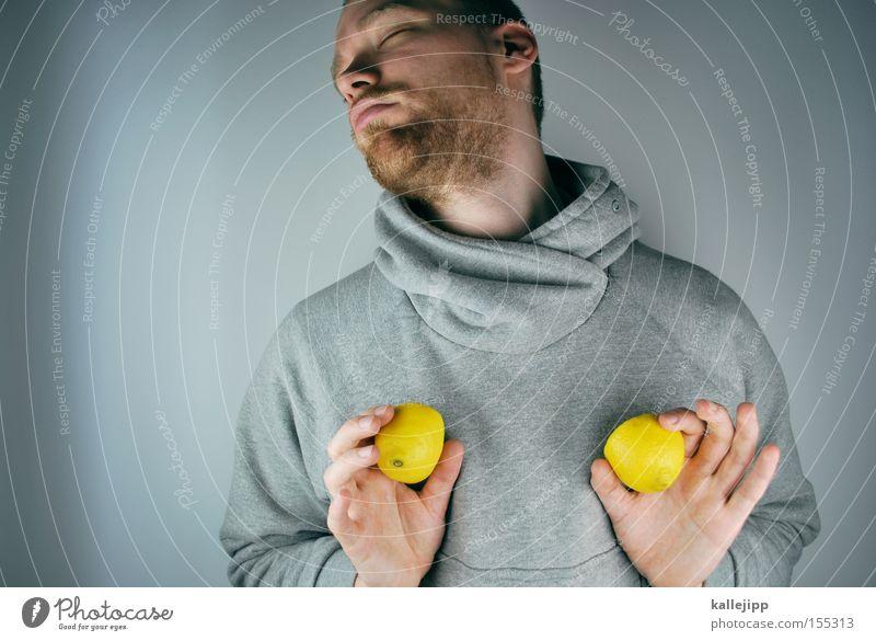 südfrucht Mann Mensch Zitrone Vitamin C Gesundheit Frucht 1 Mensch einzeln Vor hellem Hintergrund Studioaufnahme unrasiert Dreitagebart Wegsehen