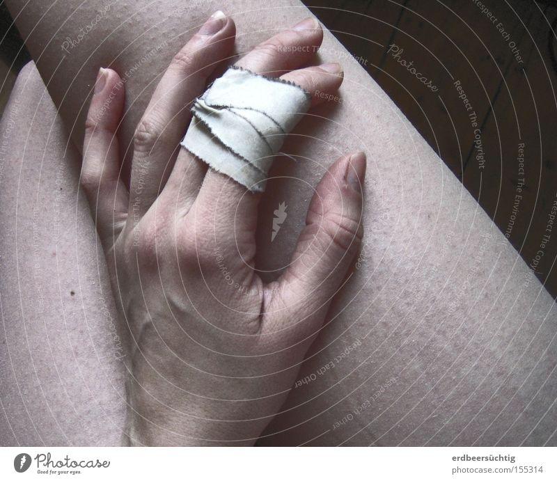 verletzt Hand kalt Erholung Beine Gesundheit Finger Schmerz bleich Schwäche Heftpflaster verwundbar Gänsehaut Nackte Haut
