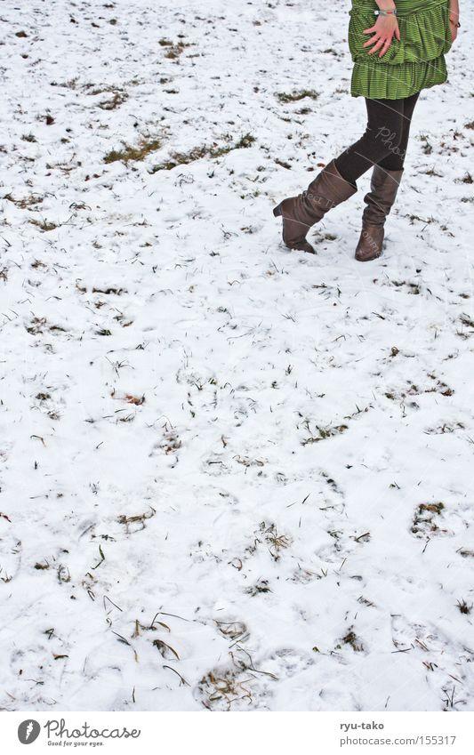 Soll ich...? Frau Winter Schnee kalt Kleid grün Beine Wiese Schüchternheit frieren Hand Stiefel
