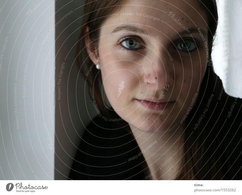 . Raum feminin 1 Mensch Mauer Wand Schmuck brünett langhaarig beobachten Denken Blick warten schön Glück Zufriedenheit Wachsamkeit Vorsicht Gelassenheit