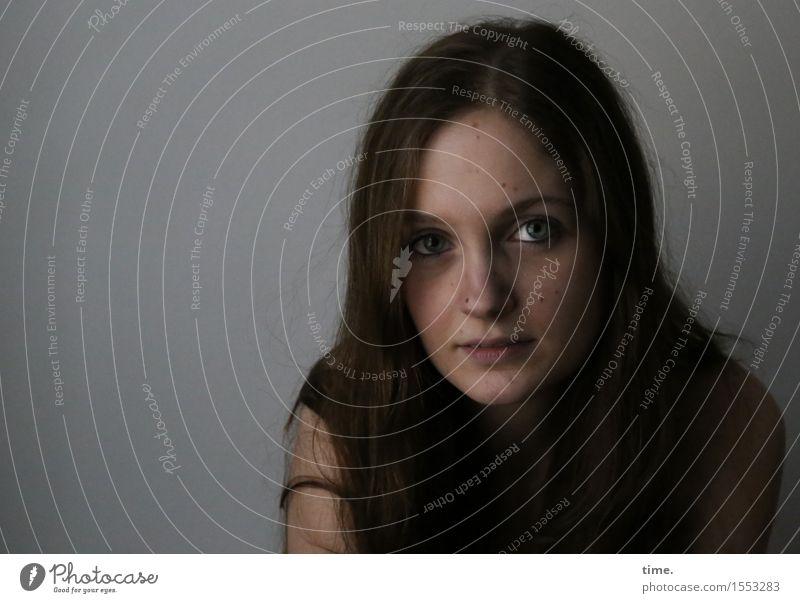 . feminin 1 Mensch brünett langhaarig beobachten Denken Blick warten schön Gefühle Vertrauen Schutz Wachsamkeit Vorsicht Gelassenheit geduldig ruhig authentisch