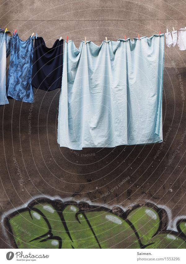Streetart meets Alltag Farbe Wand Graffiti Fassade authentisch Bekleidung T-Shirt hängen Strümpfe Straßenkunst Wäsche Unterwäsche Wäscheleine Bettlaken