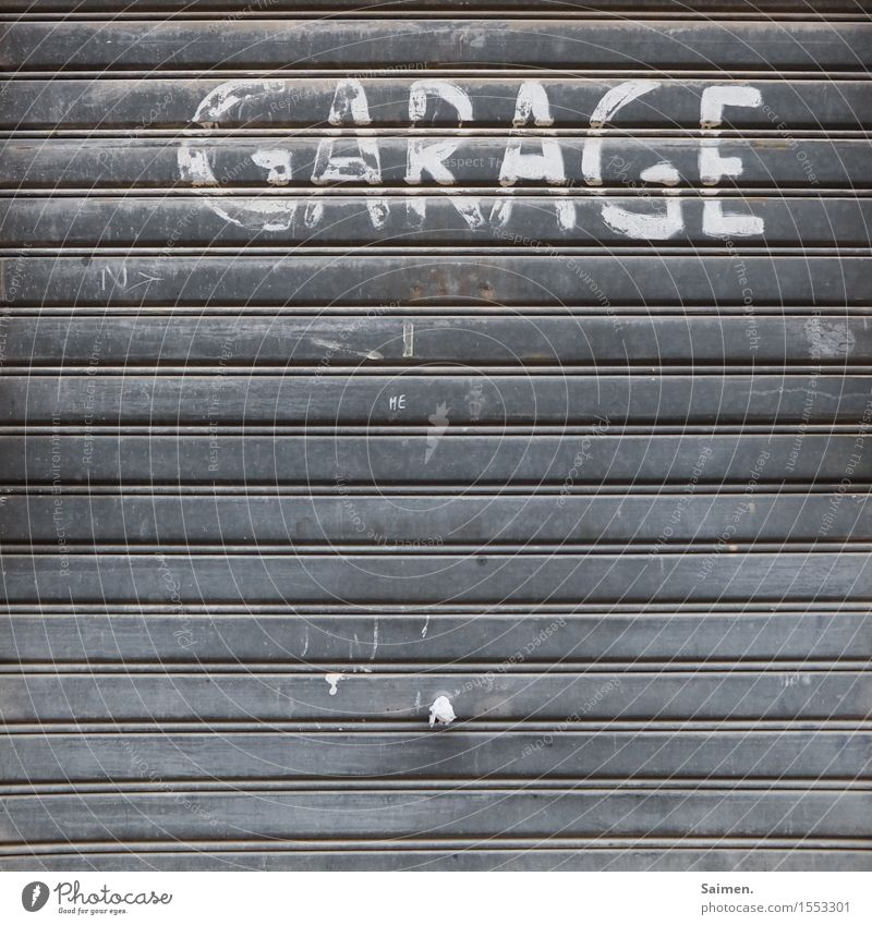wertvolle Beschriftung Fassade alt Garage Garagentor Türknauf Lamelle Buchstaben Schriftzeichen Strukturen & Formen Linie Farbfoto Gedeckte Farben Außenaufnahme