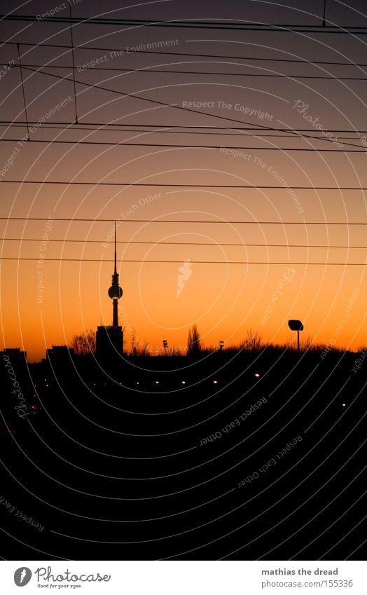 BERLIN SKYLINE VS. SONNENUNTERGANG Berliner Fernsehturm Funkturm Alexanderplatz Berlin-Mitte Wahrzeichen Kugel mystisch Stadt schön Idylle Himmel Silhouette