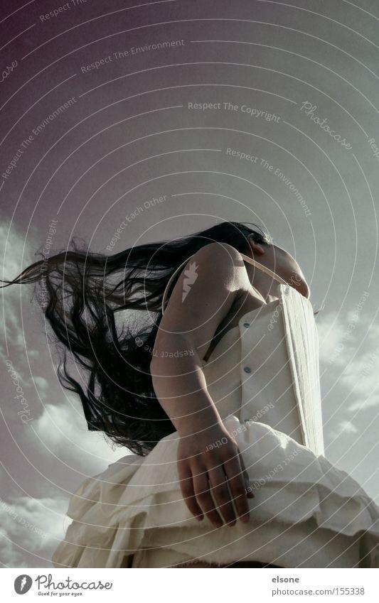 IN MIND Wind Sturm Frau Balletttänzer lang schwarz Haare & Frisuren Kleid schön Jugendliche