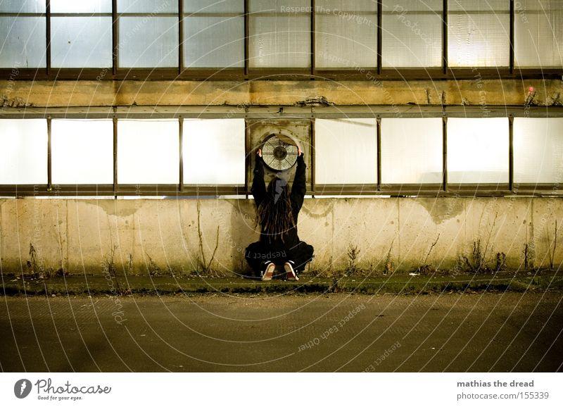 DER VENTILATOR Einsamkeit Farbe Farbstoff schäbig Linie geheimnisvoll Glasfassade Ventilator Parkhaus Rechteck Straße Fassade Schwärmerei Verkehrswege Mann