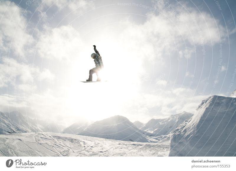 im Licht (Teil 1) Wolken Freude Winter Berge u. Gebirge Schnee fliegen springen Aktion hoch Schönes Wetter Körperhaltung Schneebedeckte Gipfel Mut Schneelandschaft Wintersport Funsport