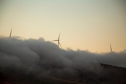 Total vernebelt Rührbesen Windkraftanlage Natur Urelemente Wolken Wetter Nebel Gipfel Arbeit & Erwerbstätigkeit Bewegung drehen ästhetisch außergewöhnlich gelb