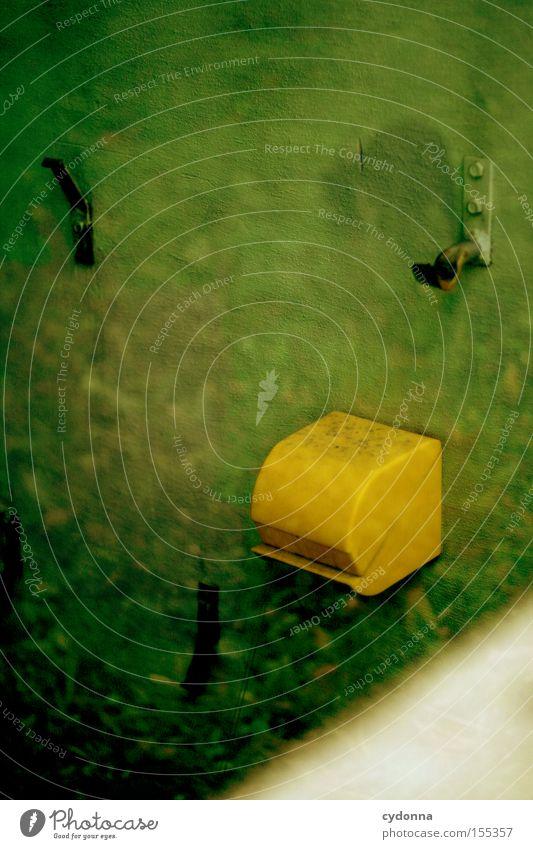 Klopapier umgehend nachfüllen Toilettenpapier Klopapierhalter DDR retro gelb grün Reflexion & Spiegelung Leerstand Blick verborgen Raum Örtlichkeit altmodisch