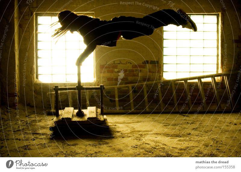 GRENZEN DER PHYSIK Mann alt schön Fenster Kraft Aktion festhalten Maschine verfallen Momentaufnahme schäbig Schweben Leiter mystisch horizontal