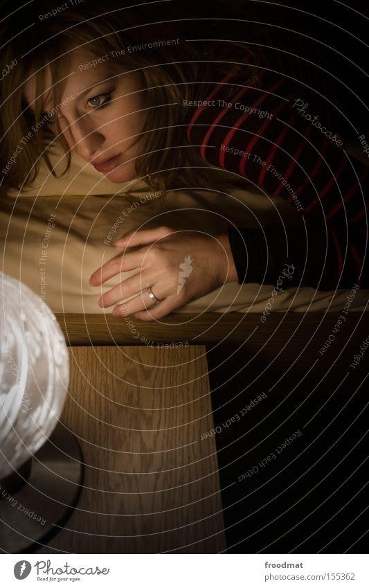 Nacht Frau Jugendliche Hand schön Gesicht Denken Lampe liegen retro Bett Ring Verlobung