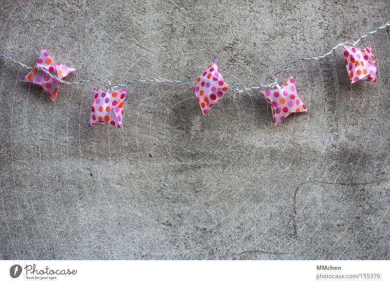 Probier`s mal mit Gemütlichkeit Lichterkette Beton Betonwand gemütlich wohnlich Dekoration & Verzierung Einladung einladend mehrfarbig grau trist Farbfleck