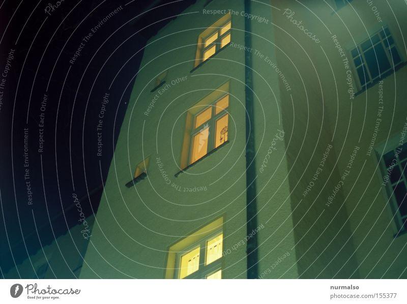 Nächtlicher Abschied Einsamkeit Fenster Tür gehen laufen Treppe Küche Club Kreuz erleuchten Nacht Nachthimmel Haus Hof Stadthaus verschwunden
