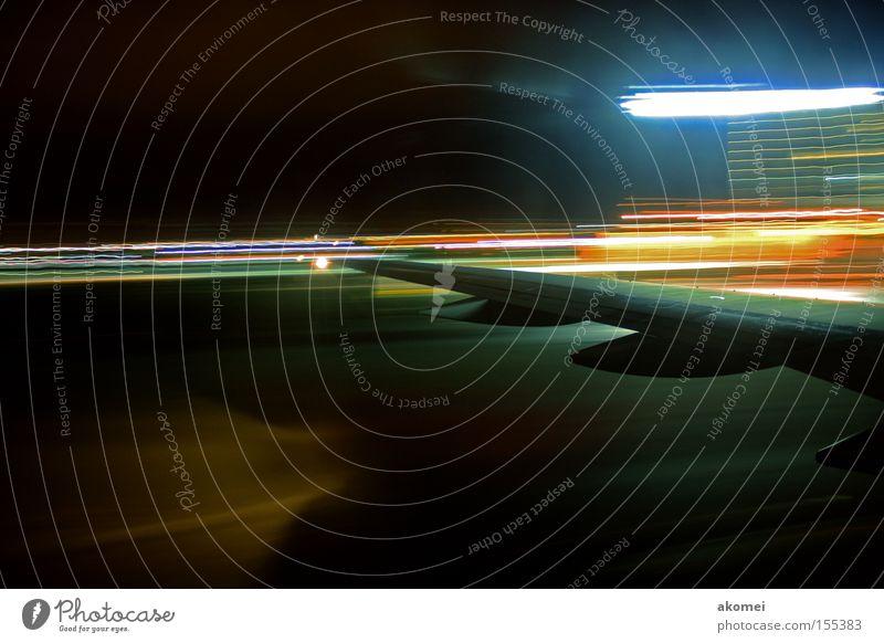 Ankunft Flugzeug Düsenflugzeug Tragfläche Motor Düsentriebwerk Passagierflugzeug Flugzeuglandung Nacht Nachthimmel fliegen Flughafen Luft Himmel Luftverkehr