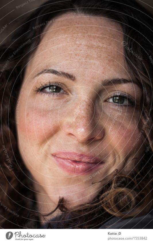 Blick Mensch feminin Junge Frau Jugendliche Kopf 1 18-30 Jahre Erwachsene brünett Locken Lächeln Freude Glück Zufriedenheit Farbfoto Innenaufnahme Licht Porträt