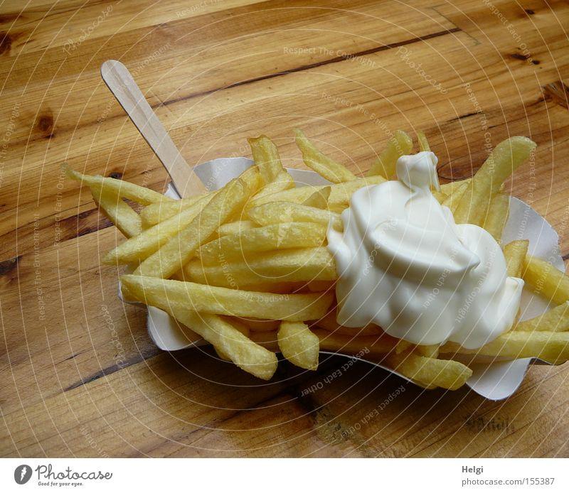 Pommes/Majo... weiß gelb Ernährung Holz Lebensmittel braun Tisch Gastronomie lecker Jahrmarkt Appetit & Hunger genießen Fett Mahlzeit Schalen & Schüsseln
