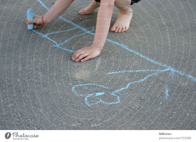 barfußmalerei Kind Hand Blume blau Sommer Freude Straße Spielen Fuß Asphalt zeichnen Gemälde Verkehrswege Barfuß Kreide Strichmännchen