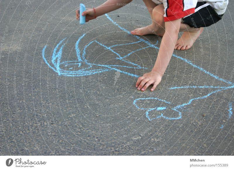 Punkt Punkt Komma Strich Kind Hand Blume blau Sommer Freude Straße Spielen Fuß Asphalt zeichnen Gemälde Barfuß Kreide Strichmännchen