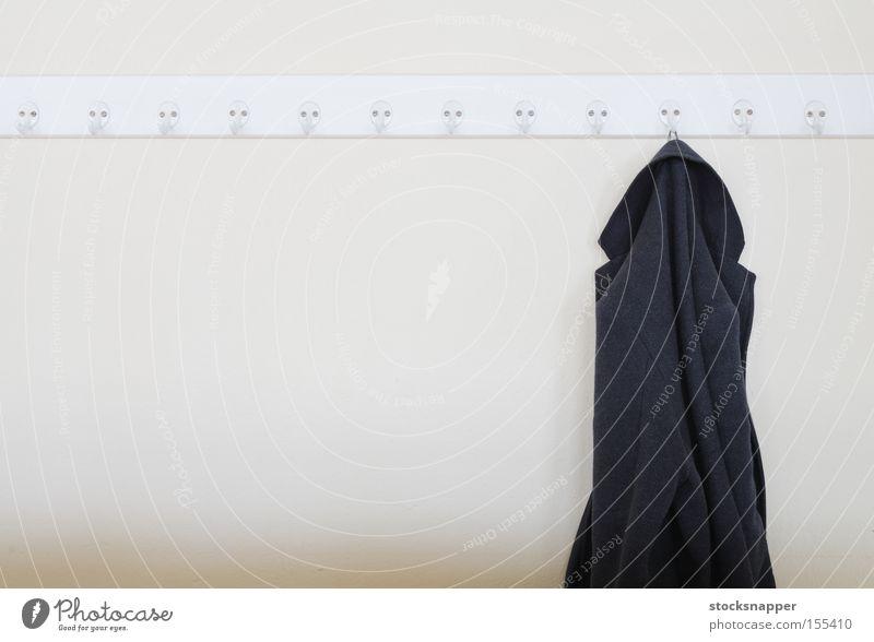 Mantel Bekleidung alt Fell Deckschicht Wintermantel hängt erhängen Haken nur Single vergessen Wand Verlassen Objektfotografie