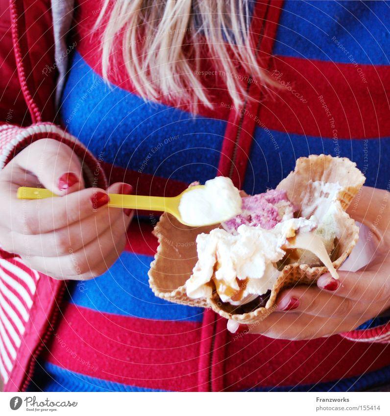 Frau Schleck. Frau Sommer Ernährung Essen Speiseeis genießen Süßwaren lecker Dessert Löffel Lebensmittel Kosmetik Nagellack Waffel Eisdiele löffeln