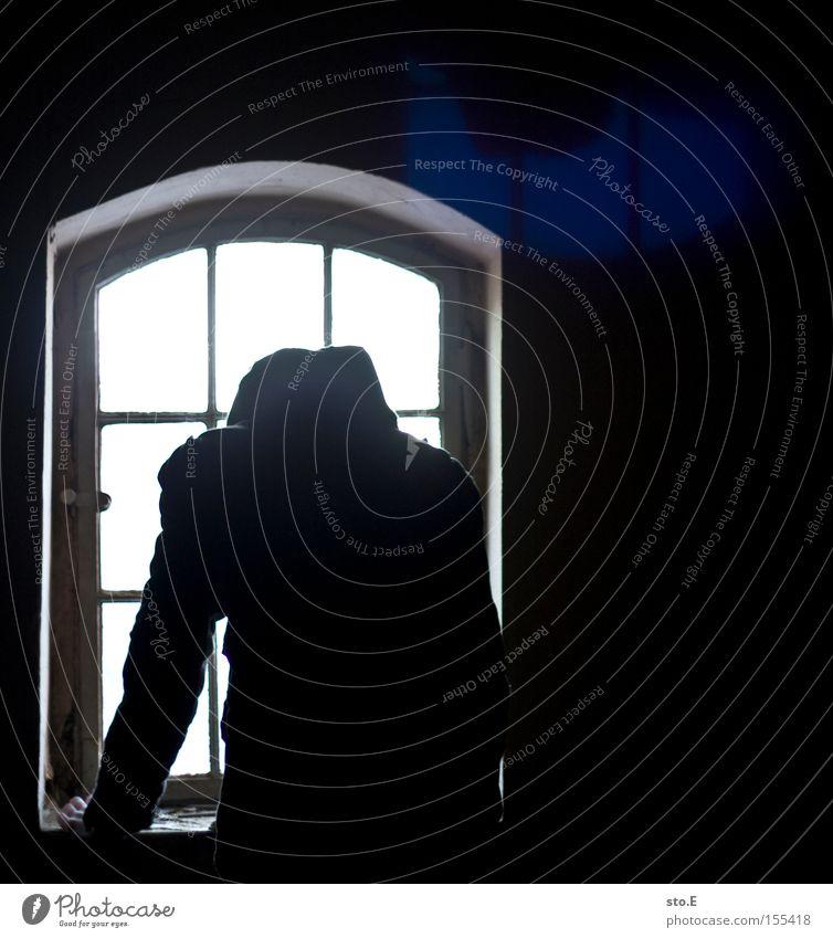 watching you Mensch weiß schwarz Einsamkeit dunkel Fenster dreckig Glas Aussicht beobachten verfallen schäbig Fensterscheibe Scheibe