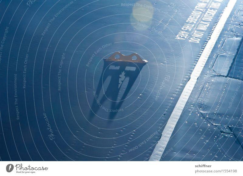 Do not walk outside this area II Luftverkehr Flugzeug Passagierflugzeug Flugzeugausblick blau Schatten Sonnenlicht Reflexion & Spiegelung Lichtpunkt Tragfläche