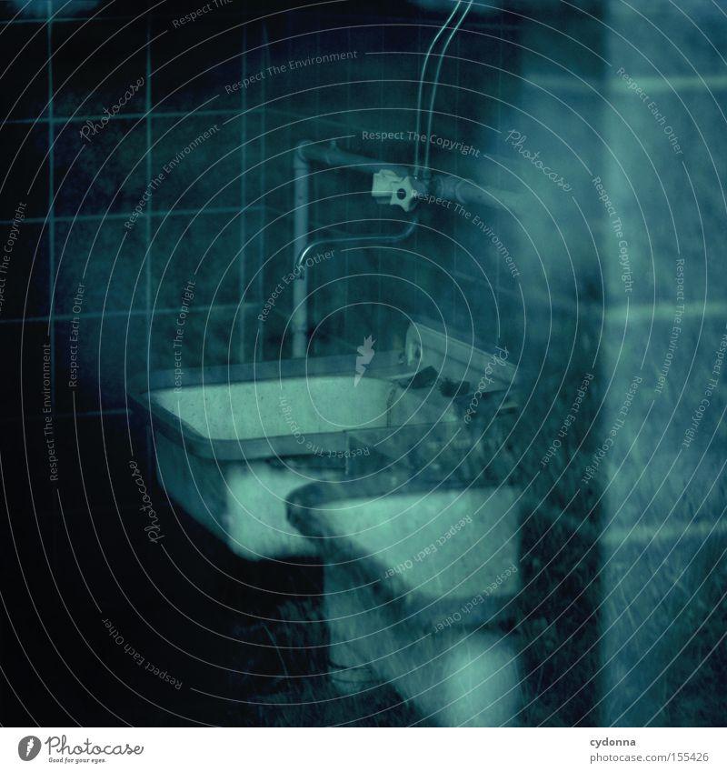 Waschen! DDR retro Reflexion & Spiegelung Leerstand verborgen Raum Örtlichkeit altmodisch Einblick Sanitäranlagen Waschbecken Wasserhahn Sauberkeit