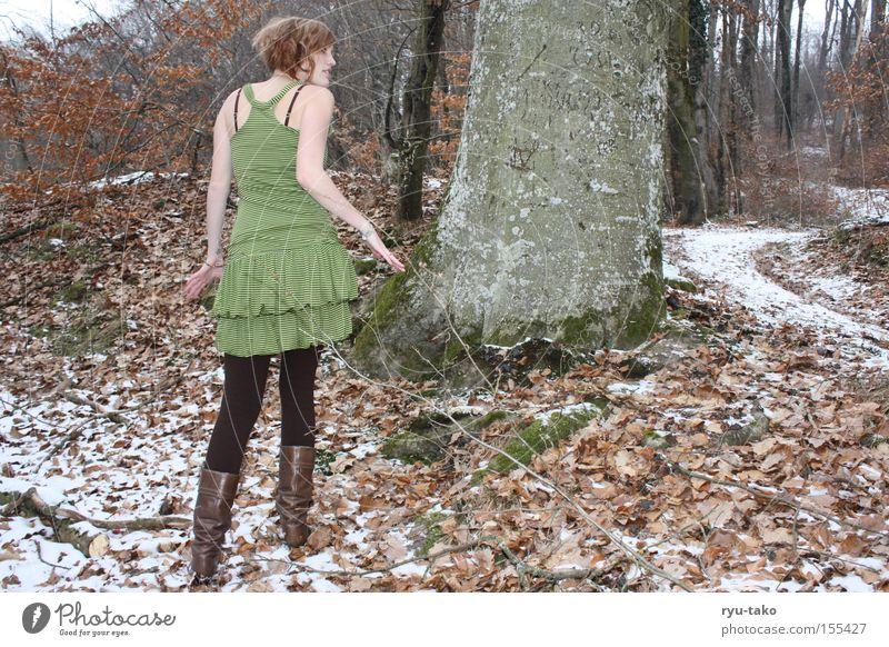 Anpirschen Frau Winter Wald Fee Blatt Baum kalt Spaziergang grün Kleid umherblicken