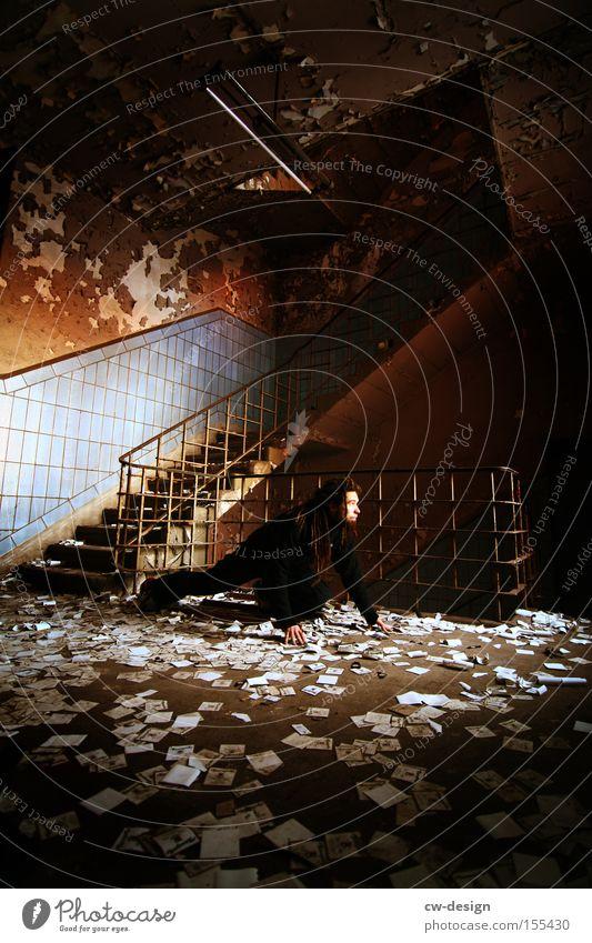 IM LICHTSCHEIN Treppenhaus Bodenbelag Körperhaltung schleichen krabbeln Wachsamkeit Langeweile verfallen chaotisch Konfetti Mensch Mann Flur Spielen