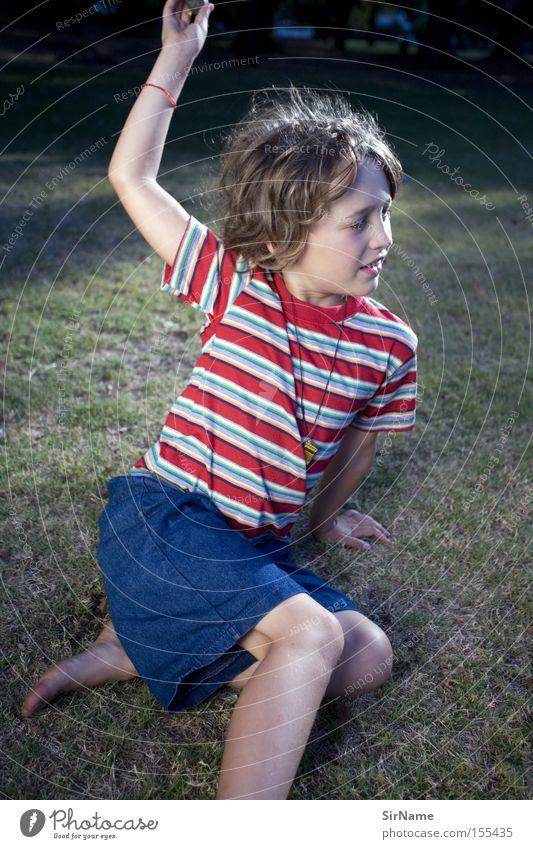 58 [it's a wild world] Mensch Kind Jugendliche schön Gras Spielen Junge Park sitzen frei Sicherheit Bildung gestreift lässig enthemmt