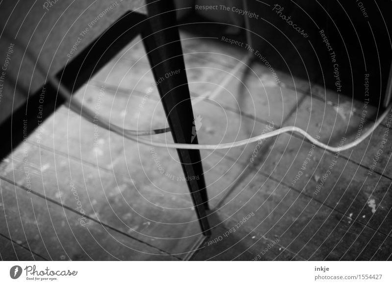 Kabel Wohnung Dachboden Spiegel Linie hängen dreckig dunkel trist unordentlich Schwarzweißfoto Innenaufnahme Nahaufnahme Detailaufnahme Menschenleer Tag