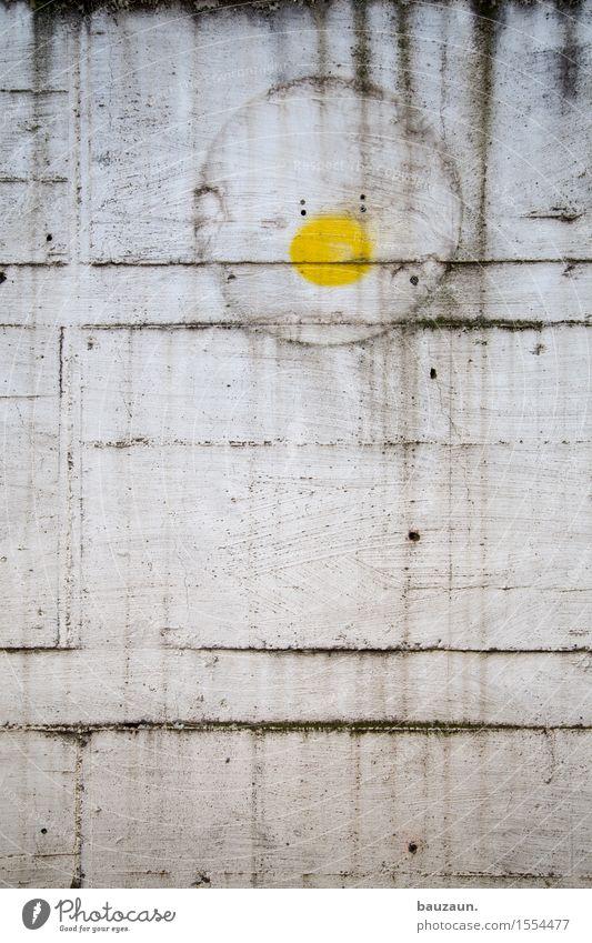 gelber punkt. Stadt Industrieanlage Fabrik Bauwerk Gebäude Mauer Wand Fassade Schilder & Markierungen Graffiti Linie Streifen Punkt entdecken dreckig dunkel