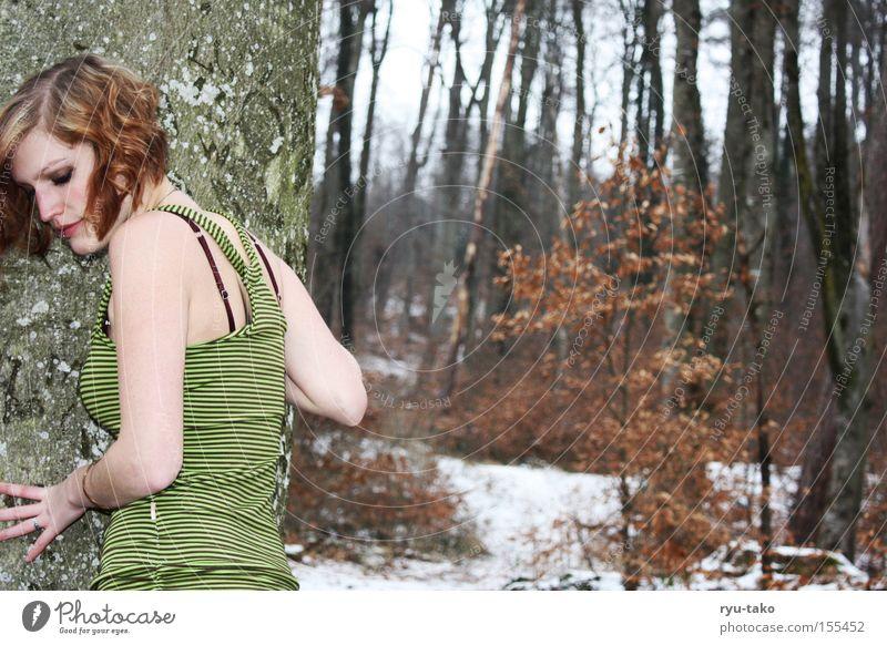 Die mit dem grünen Kleid 2 Frau weiß Baum grün Winter Blatt Wald kalt Kleid frieren