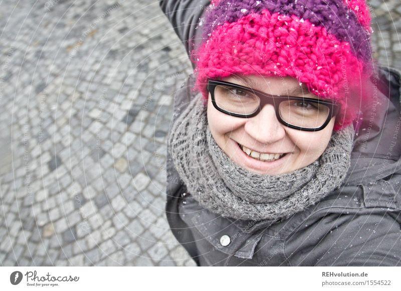 Selfie - Frau tanzt im Schnee Junge Frau Jugendliche Erwachsene Kopf 1 Mensch 18-30 Jahre drehen Lächeln Lebensfreude Mütze rosa Kopfsteinpflaster grau Winter