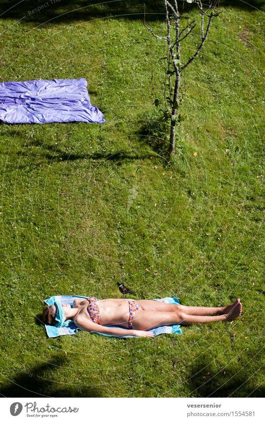 sommerferien Erholung Ferien & Urlaub & Reisen Sommer Sommerurlaub Sonne Sonnenbad feminin Junge Frau Jugendliche 1 Mensch 13-18 Jahre Garten Wiese Bikini