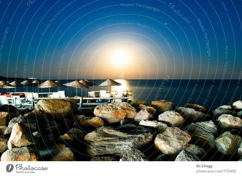 Meer blau Strand Ferien & Urlaub & Reisen dunkel Stein Landschaft Küste Nachthimmel Regenschirm Mond Himmelskörper & Weltall Mondschein