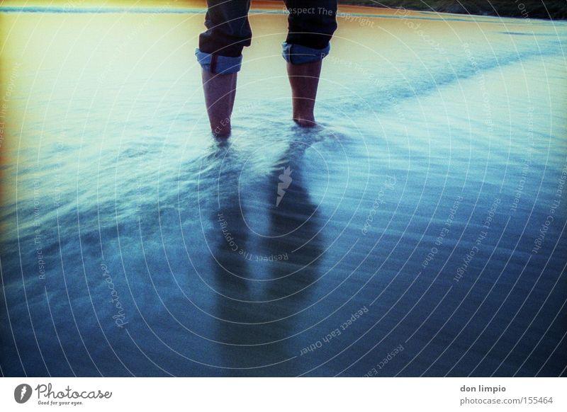 kaltes blau Wasser Meer Strand Farbe Beine Jeanshose analog Fußbad
