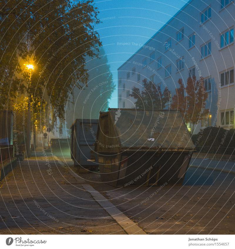 Containerblock Stadt Stadtzentrum Stadtrand bevölkert Haus Bauwerk Gebäude Architektur Fassade gruselig trist blau Traurigkeit Trauer Unlust Block Wohngebiet