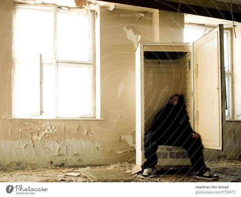 EISGEKÜHLT Kühlschrank Eis kalt schäbig Gebäude Fenster Sonnenlicht Verfall verfallen Mann fertig machen liegen bewegungslos Tod Schatten Küche Vergänglichkeit