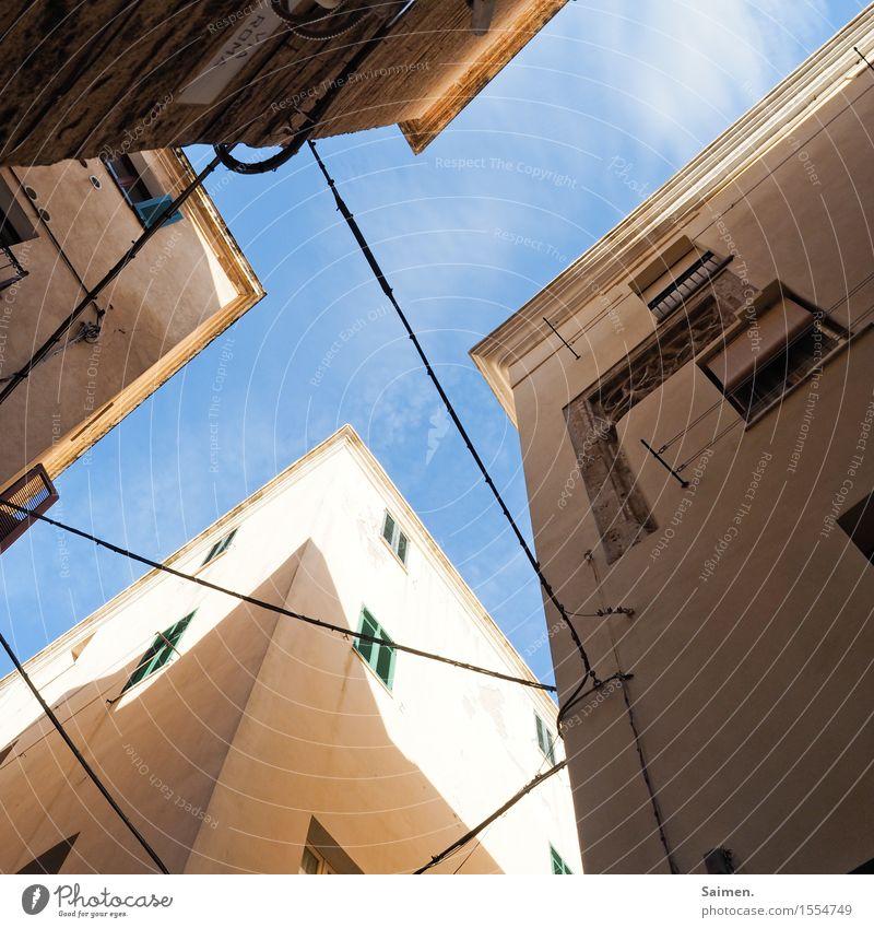 Luftkreuzung Stadt Altstadt Haus Gebäude Architektur Mauer Wand Fassade Fenster Kabel Kreuz Ecke eckig Farbfoto Außenaufnahme Detailaufnahme abstrakt