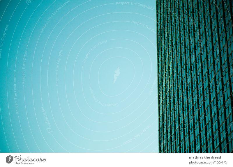 WELTENTRENNUNG Himmel blau Haus Fenster Linie Fassade hoch Hochhaus groß bedrohlich Denkmal Wahrzeichen Glasscheibe majestätisch Symbole & Metaphern