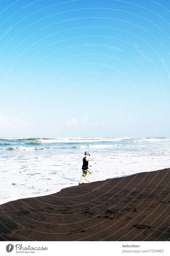 schwarz ist das neue weiß Mensch Kind Himmel Ferien & Urlaub & Reisen blau schön Meer Ferne Strand Küste Junge Spielen Freiheit Schwimmen & Baden Horizont
