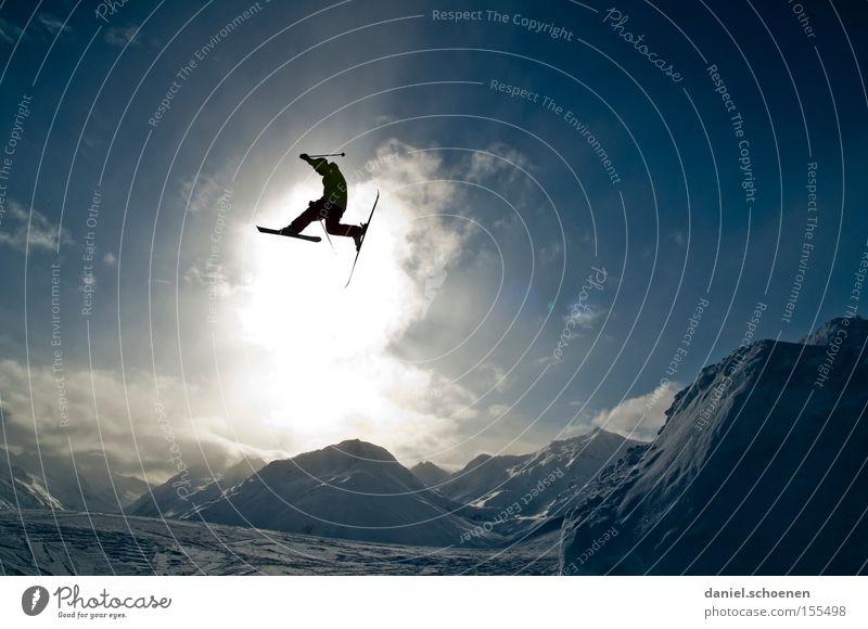 im Licht (Teil 2) Himmel Sonne Wolken Freude Winter Berge u. Gebirge Schnee fliegen springen Aktion hoch Schneebedeckte Gipfel Skifahren Schneelandschaft Skifahrer Wintersport