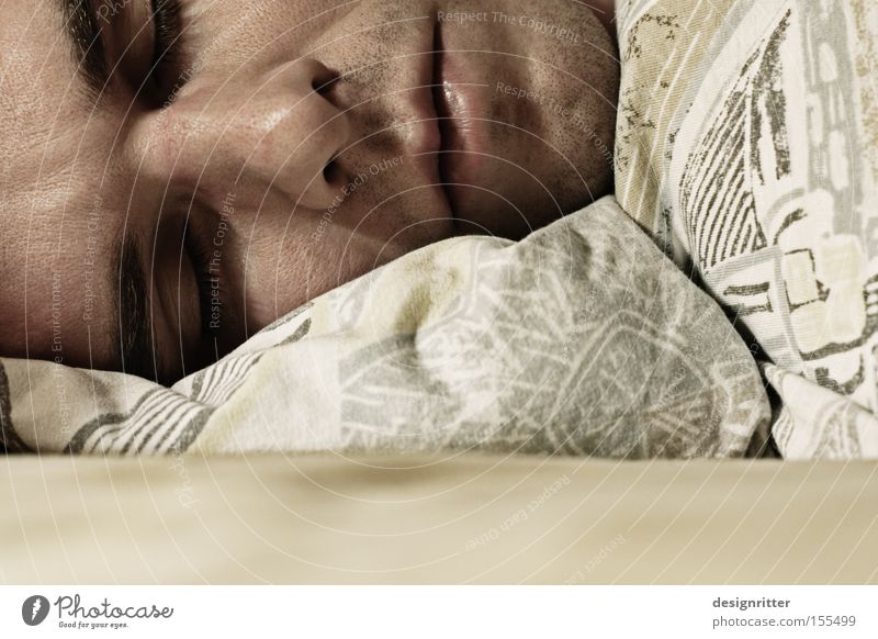 Montag, 5:00 Uhr Mann träumen schlafen Bett Frieden Müdigkeit gemütlich Wecker Morgen wecken Geschnarche Morgenmuffel